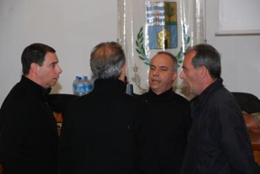 Le choeur d'hommes de Bosa (de dos, Luigi Oliva, dit Gigi)
